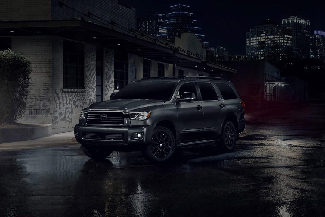 vue latérale du Toyota Sequoia 2021 stationné la nuit dans une ville