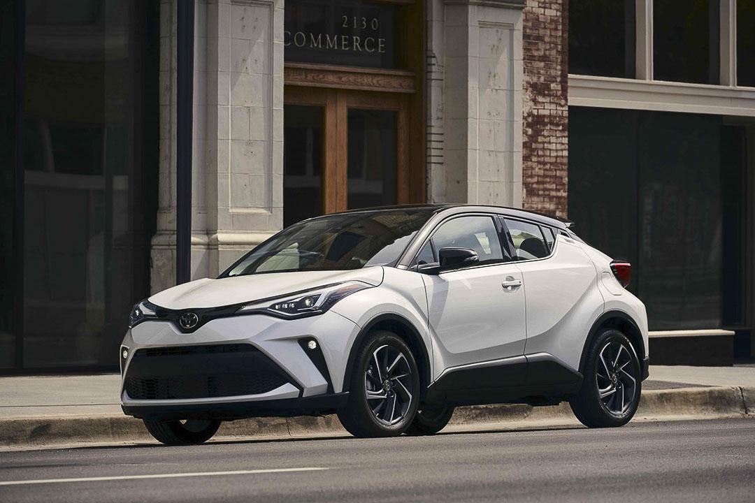 vue latérale avant du Toyota C-HR 2021 stationné