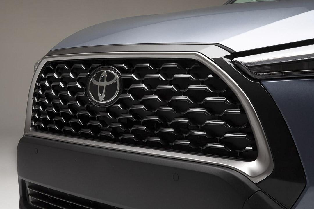 vue rapprochée de la grille du Toyota Corolla Cross 2022