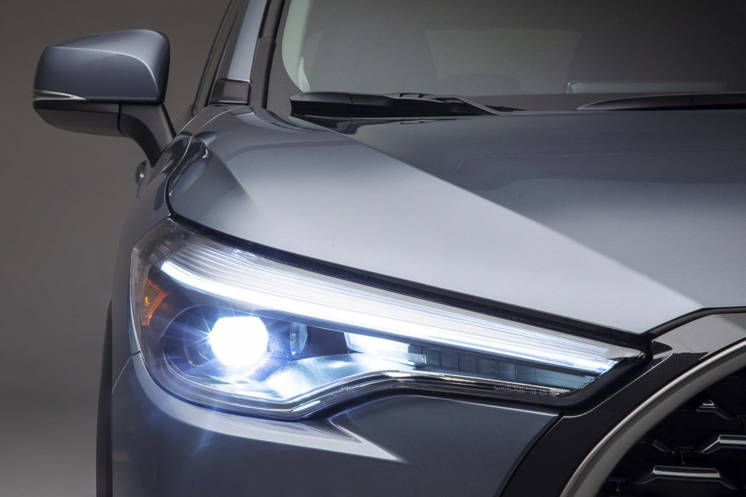vue rapprochée du phare avant du Toyota Corolla Cross 2022