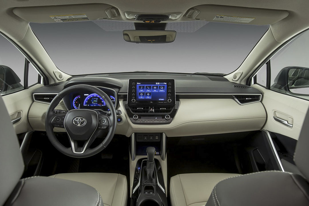 vue à bord de la Toyota Corolla Cross 2022 avec le volant et la console centrale