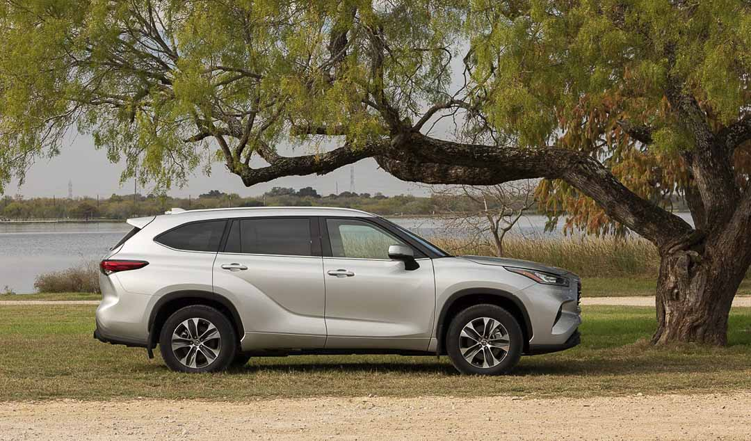 side view of the 2021 Toyota Highlander parked close to a lake
