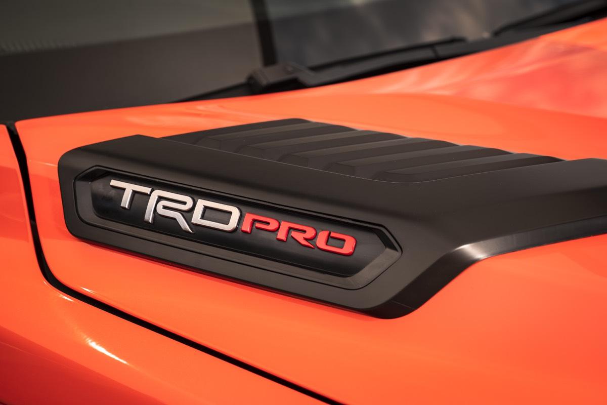 L'insigne TRD PRO 2022 sur le capot du Toyota Tundra 2022