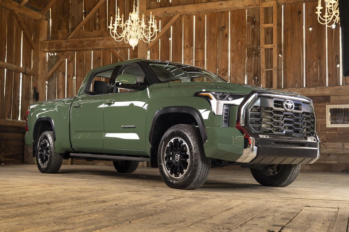 Vue 3/4 du Toyota Tundra 2022 vert turquoise garé dans une grange