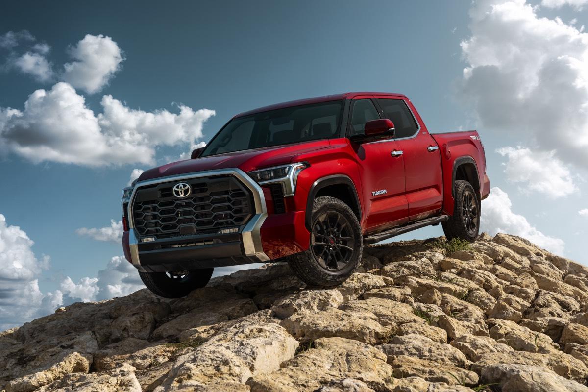Le Toyota Tundra Limited 2022 rouge descendant sur une pente rocheuse