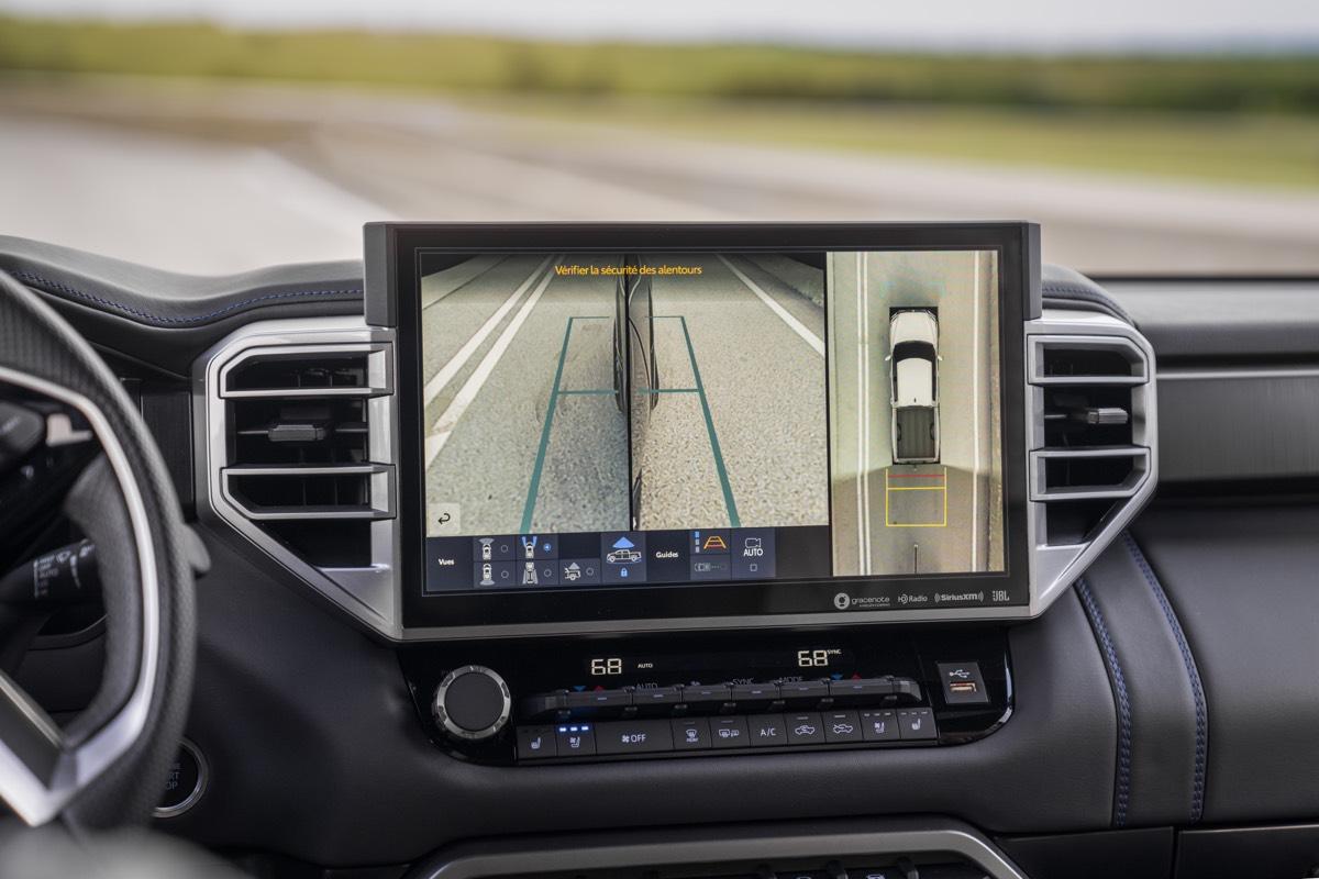 L'écran central diffusant le rappel de passager arrière (de série) du Toyota Tundra Platinum 2022
