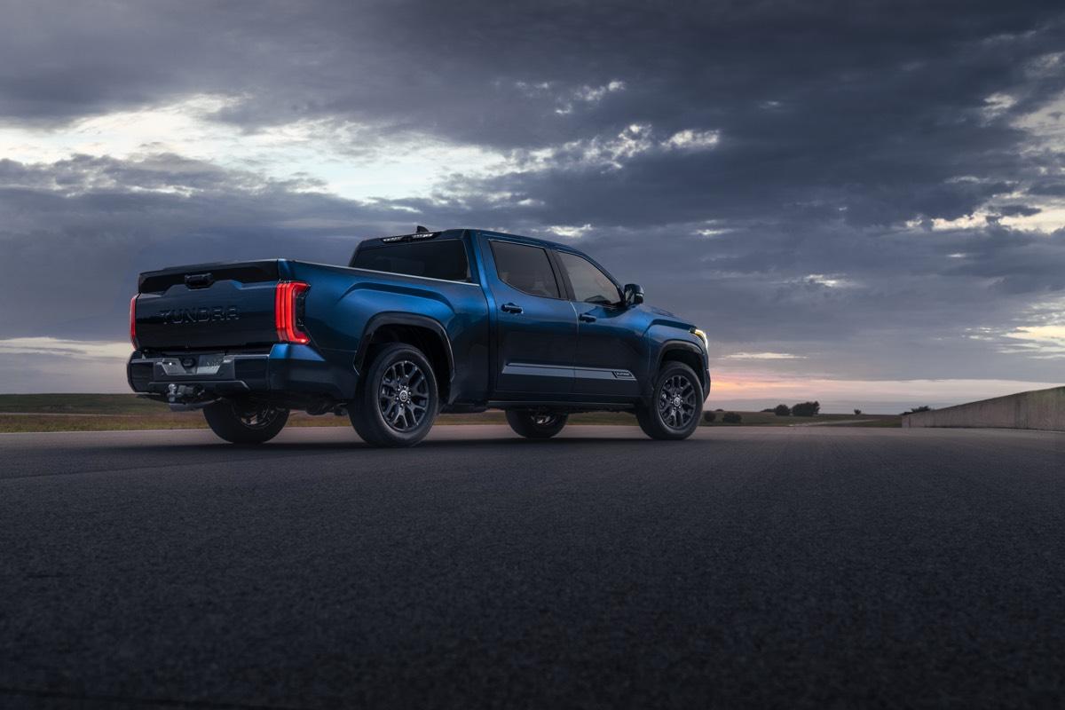 Vue 3/4 arrière du Toyota Tundra Platinum 2022 garé à l'extérieur sous un ciel sombre et nuageux