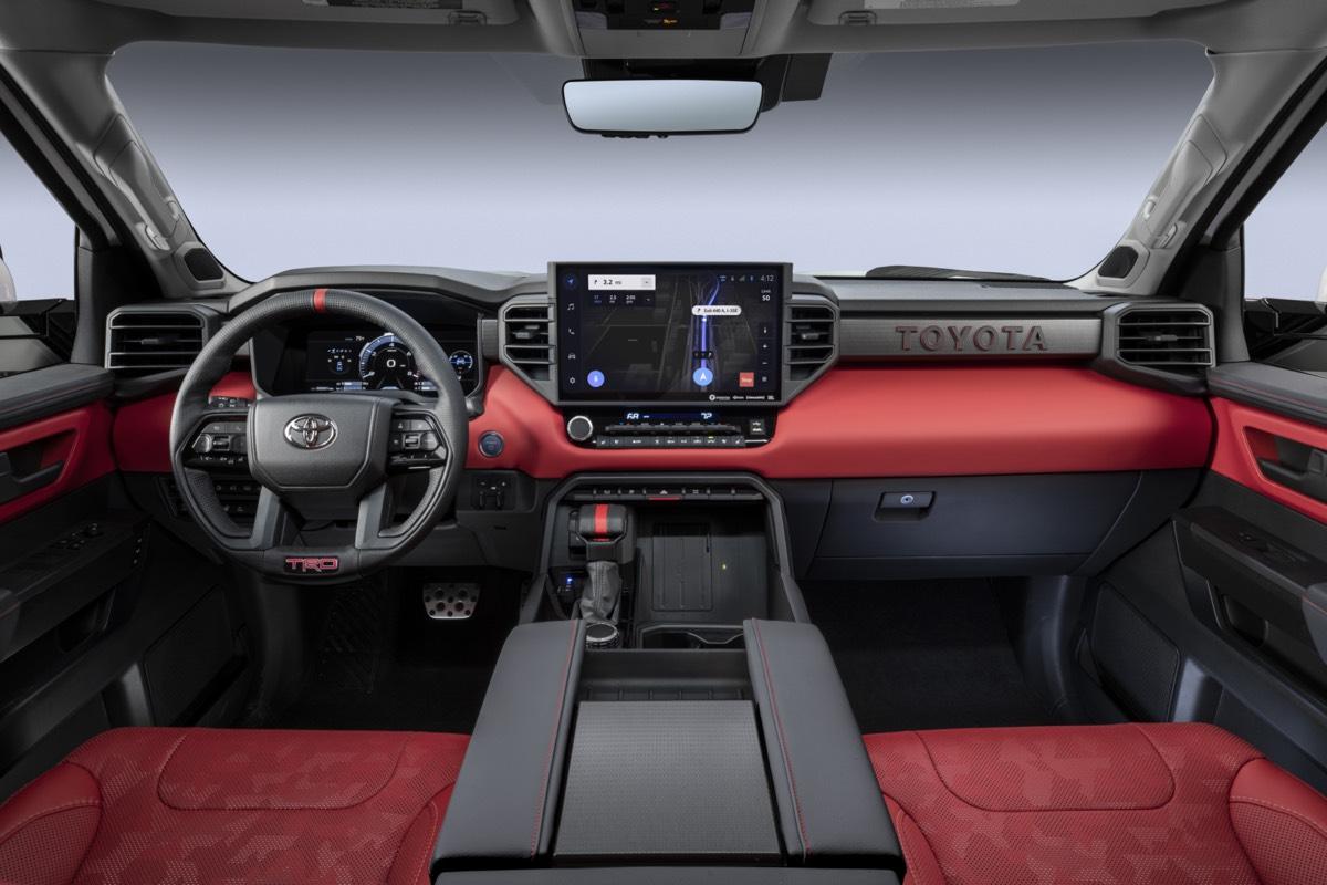 Cockpit avant du Toyota Tundra Pro TRD 2022 incluant son tableau de bord avec toutes ses technologies