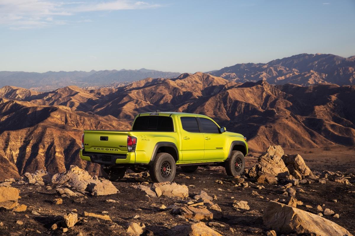 Vue 3/4 arrière du Toyota Tacoma TRD Pro 2022 Lime électrique garé sur une montagne