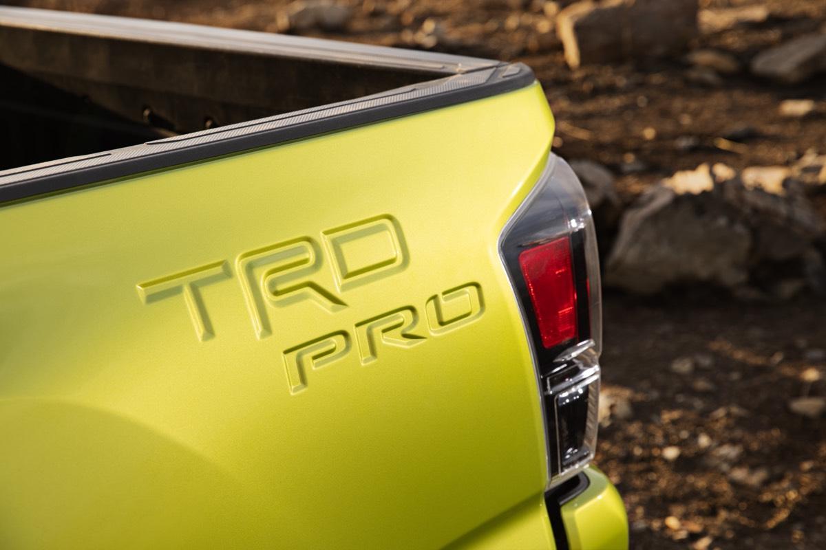 L'insigne TRD PRO gravé sur le flanc de la caisse du Toyota Tacoma 2022 de couleur Lime électrique